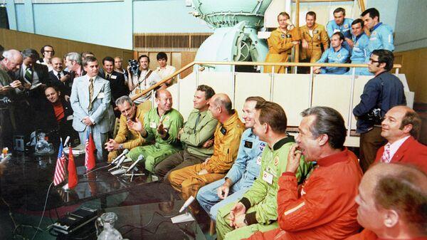 Члены экипажей космических кораблей Союз и Аполлон на встрече с журналистами в Центре подготовки космонавтов имени Ю.А. Гагарина в Звездном городке