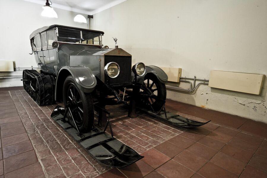 Автомобиль Роллс-Ройс из Гаража Особого Назначения, которым пользовался В.И. Ленин, в мyзeе-зaпoвeднике Гopки Лeнинcкиe