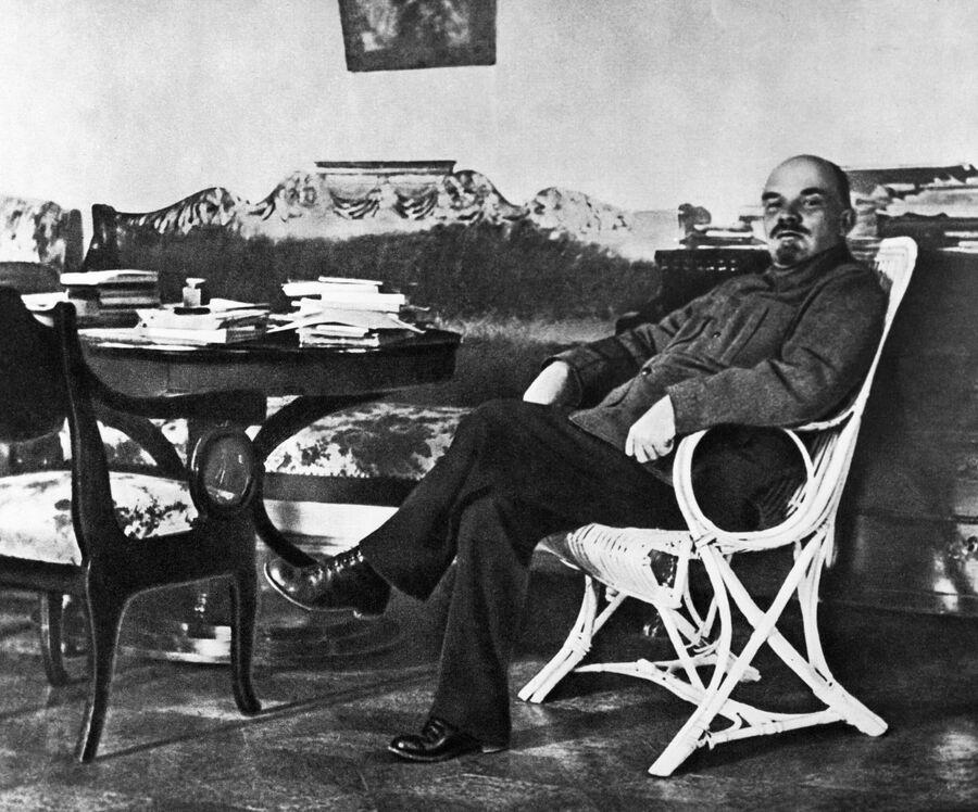 Владимир Ильич Ленин в рабочем кабинете в Горках, август-сентябрь 1922 год