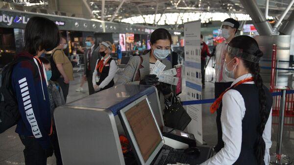 Пассажиры проходят паспортный контроль в международном аэропорту Внуково