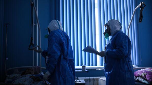 Врачи во время обхода в госпитале для лечения зараженных коронавирусной инфекцией