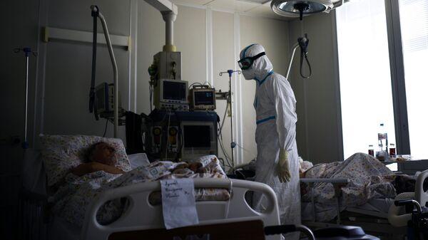 Врач и пациенты в реанимации госпиталя для лечения зараженных коронавирусной инфекцией COVID-19 в ЦИТО им. Н. Н. Приорова