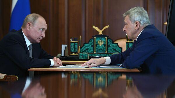 Президент РФ Владимир Путин и президент Центра ФГБУ  НМИЦ эндокринологии Иван Дедов во время встречи