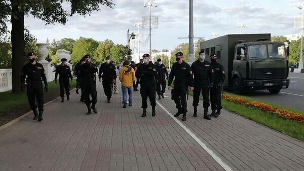 Сотрудники ОМОН на проспекте Независимости в Минске. 14 июля 2020