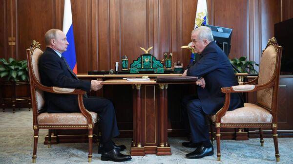 Президент РФ Владимир Путин и руководитель Федеральной таможенной службы РФ Владимир Булавин во время встречи
