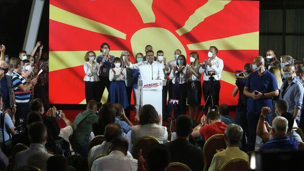 Лидер Социал-демократического союза (СДСМ) Зоран Заев общается со своими сторонниками и членами партии после победы на выборах в Северной Македонии