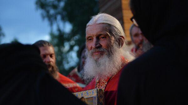 Лишенный сана схиигумен Сергий во время альтернативного Царского крестного хода у стен Среднеуральского женского монастыря