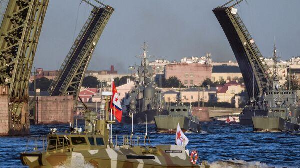 Корабли ВМФ России на репетиции парада в честь Дня Военно-морского флота РФ на реке Неве в Санкт-Петербурге