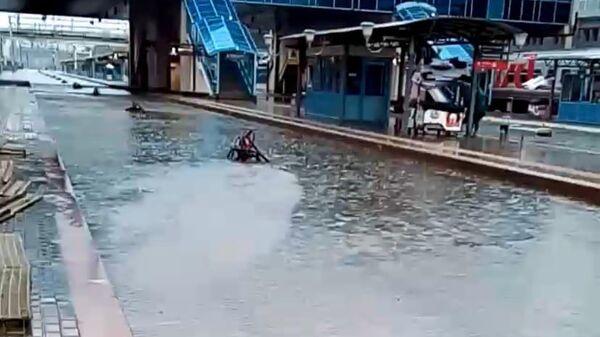 Затопленные железнодорожные пути в результате ливня на станции Ростов-Главный
