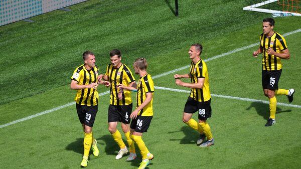 Игроки Химок радуются забитому мячу в матче 1/2 финала кубка России против Урала