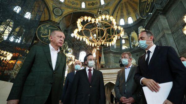 Президент Турции Тайип Эрдоган во время посещения собора Святой Софии в Стамбуле