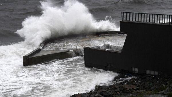 Волны в Уссурийском заливе у набережной во Владивостоке