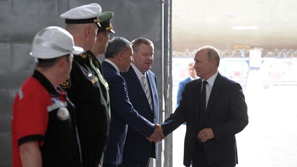 Президент РФ Владимир Путин на церемонии закладки боевых кораблей для Военно-морского флота РФ на судостроительном заводе Залив в Керчи.