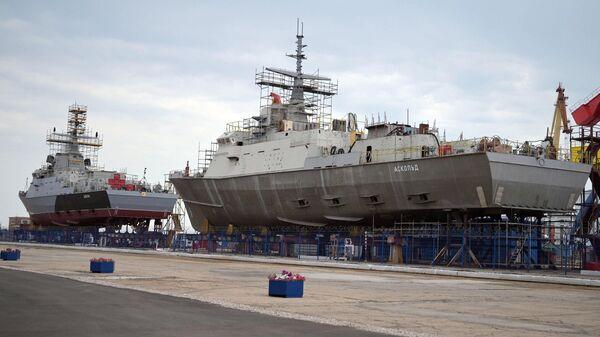 Строящиеся малые ракетные корабли Циклон и Аскольд на стапелях судостроительного завода Залив в Керчи