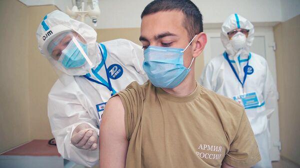 Доброволец во время финальной стадии испытаний вакцины от коронавируса в палате Главного военного клинического госпиталя имени Н. Н. Бурденко