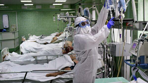 Врач и пациенты в отделении реанимации