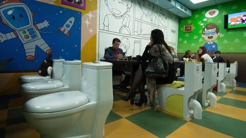 Посетители в тематическом кафе
