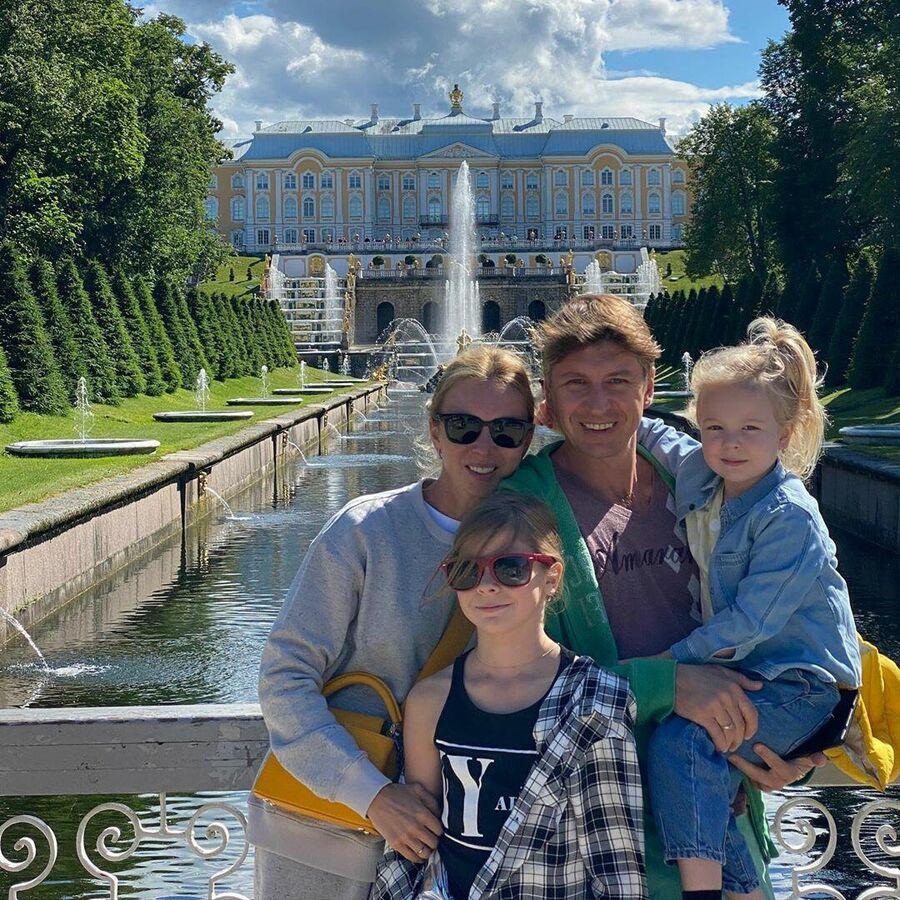 Алексей Ягудин с семьей в Петергофе