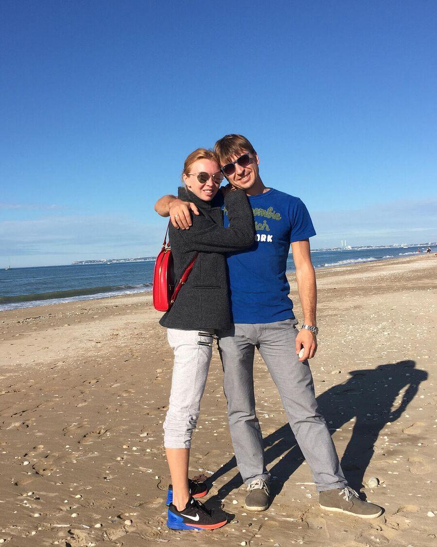 Алексей Ягудин с супругой во Франции