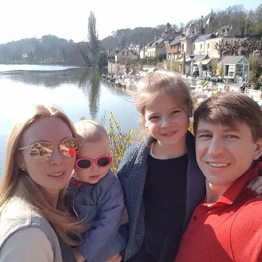 Алексей Ягудин с семьей во Франции