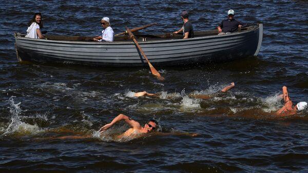 Участники третьего этапа Кубка России по плаванию на открытой воде 2019 во Владивостоке.