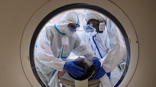 Медицинские работники готовят пациента к проведению компьютерной томографии в ГКБ №1 им. Н.И. Пирогова