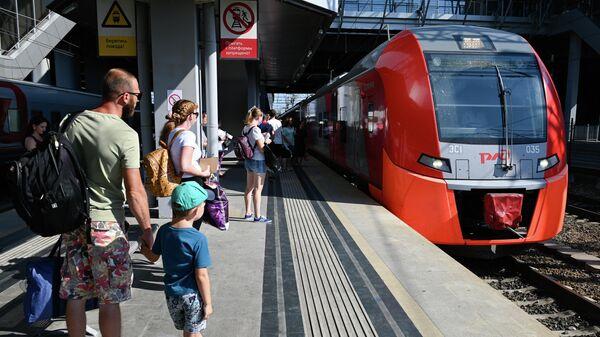 Пассажиры на железнодорожном вокзале Адлера
