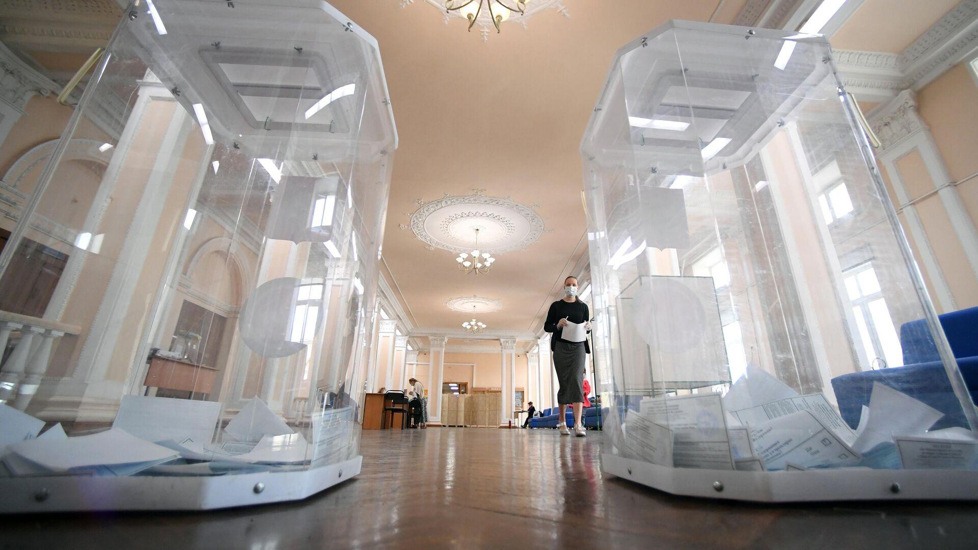 Урны для голосования на избирательном участке - РИА Новости, 1920, 04.09.2020
