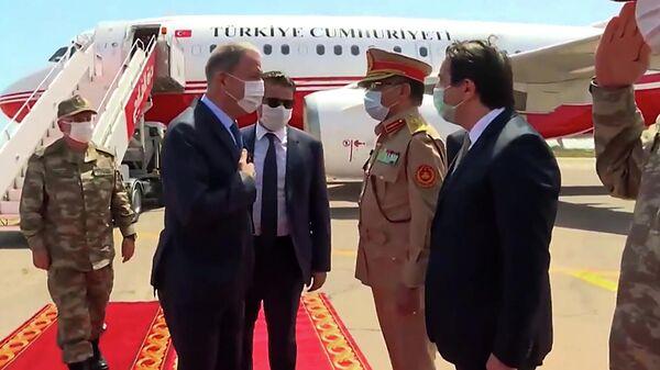 Министр обороны Турции Хулуси Акар приветствует ливийских чиновников в Триполи