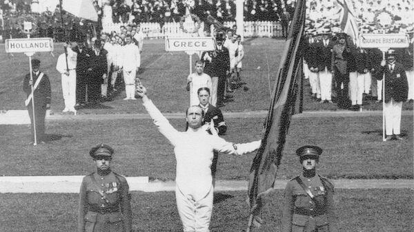 Бельгийский спортсмен Виктор Буан дает Олимпийскую клятву перед началом Олимпийских игр 1920 года в Антверпене