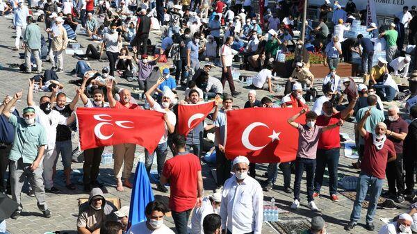 Верующие перед намазом на площади Султанахмет у собора Святой Софии в Стамбуле