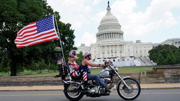 Мотоциклисты с проезжают мимо здания Капитолия в США