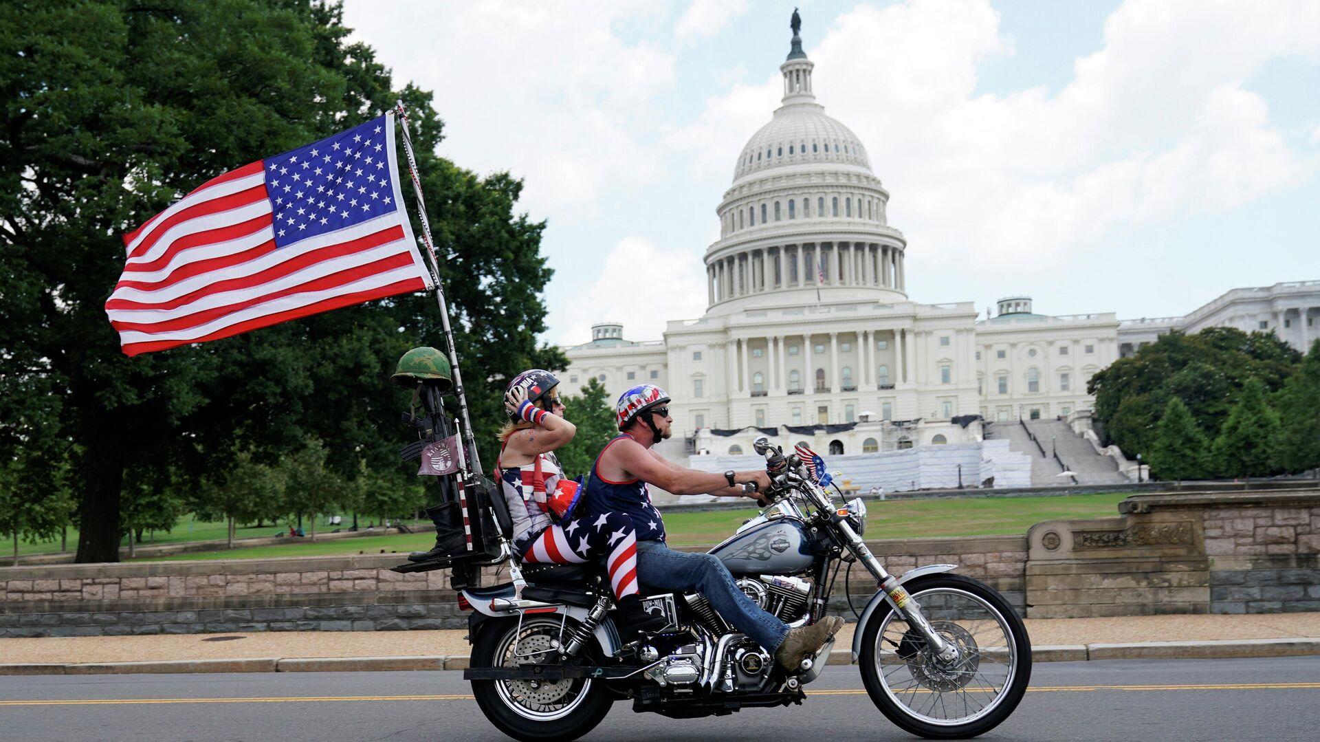 Мотоциклисты с проезжают мимо здания Капитолия в США  - РИА Новости, 1920, 25.07.2020