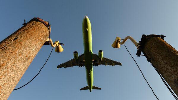 Пассажирский авиалайнер авиакомпании S7 Airlines над аэропортом Симферополя