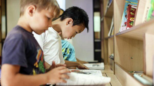 Школьники в библиотеке