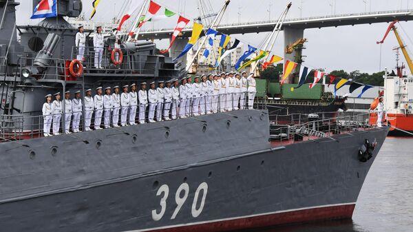 Экипаж на палубе одного из кораблей Тихоокеанского флота на параде в честь Дня Военно-морского флота в бухте Золотой Рог во Владивосток