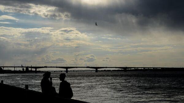 Прохожие на набережной реки Кама в Перми