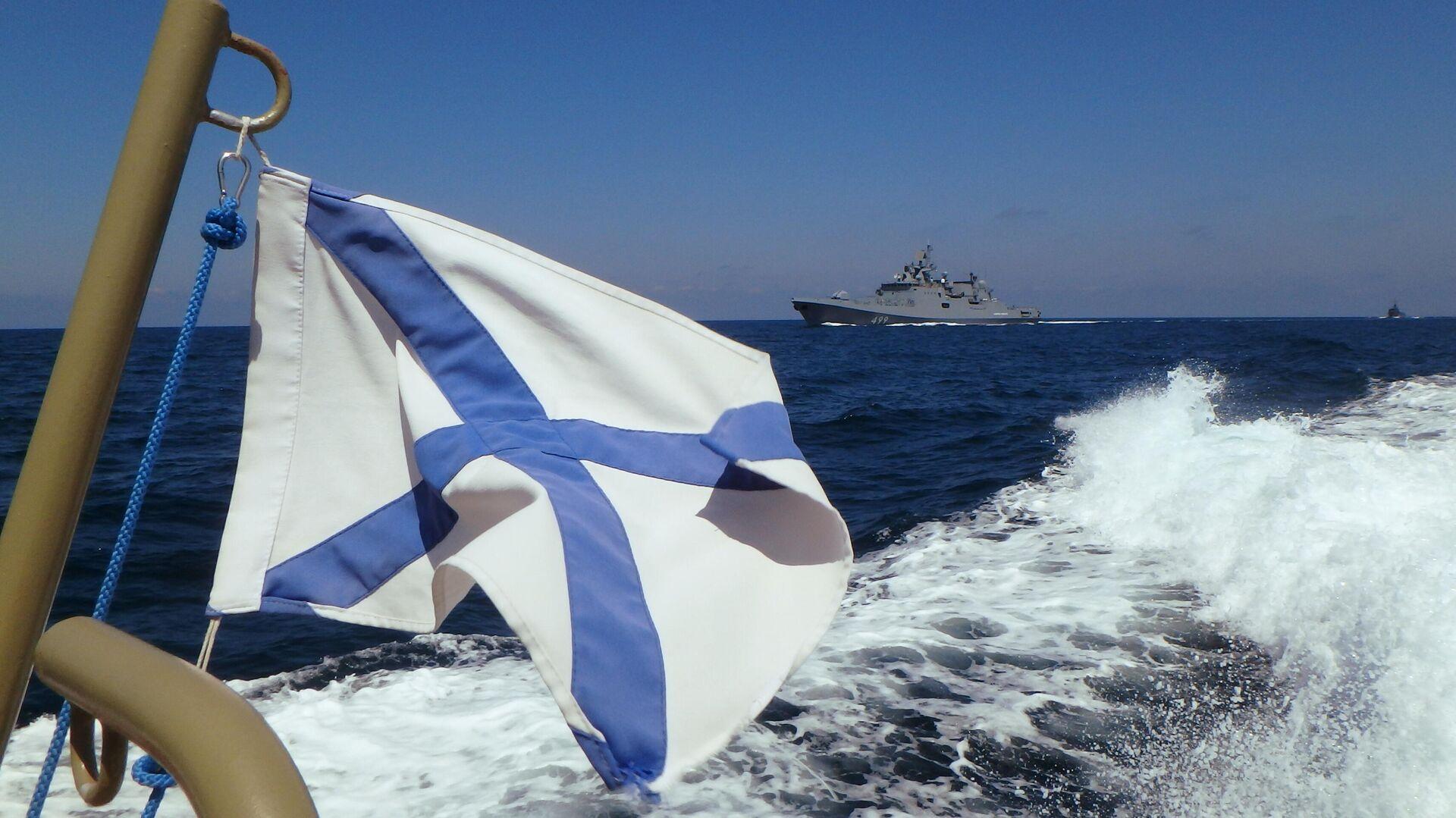 Фрегат Адмирал Макаров участвует в параде в День ВМФ РФ на рейде сирийского порта Тартус - РИА Новости, 1920, 14.04.2021