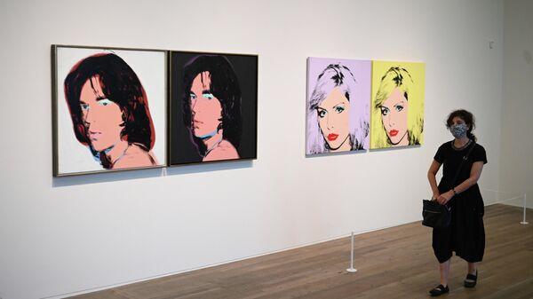 Портреты Мика Джаггера и Дебби Харри работы Энди Уорхола в лондонской галерее Тейт Модерн