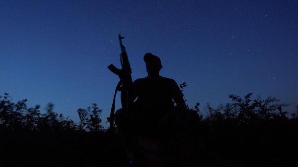 Украинский военнослужащий на позиции на линии фронта в Луганской области