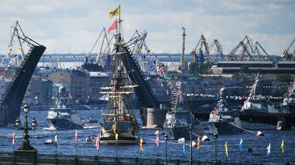 Парусный линейный корабль Полтава и корабли Балтийского флота в акватории Невы на Главном военно-морском параде России в Санкт-Петербурге