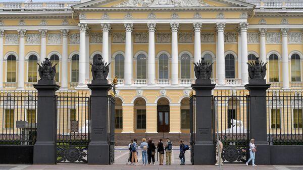 Посетители у входа в здание Русского музея в Санкт-Петербурге