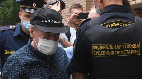 Актер Михаил Ефремов у здания Пресненского суда