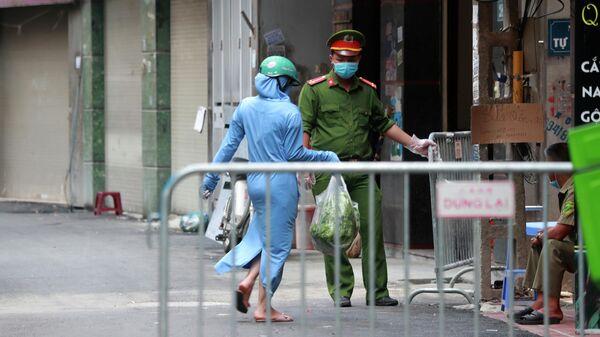 Полицейский в защитной маске на улице Ханоя