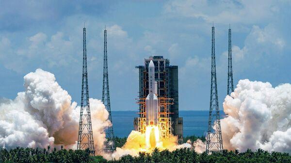 Запуск ракеты-носителя Чанчжэн-5 с первым зондом по исследованию Марса Тяньвэнь-1 с космодрома Вэньчан на острове Хайнань