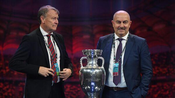 Главный тренер сборной Дании Оге Харейде (слева) и главный тренер сборной России Станислав Черчесов