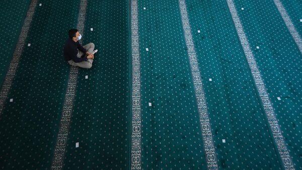 Верующий перед началом праздничной молитвы