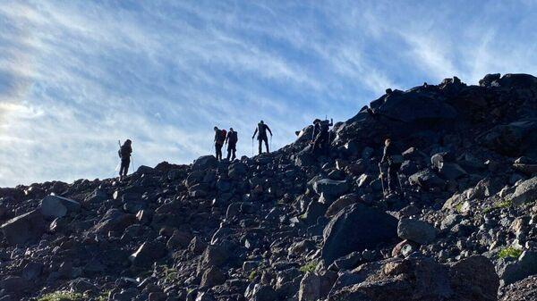 Участники экспедиции поднимаются на гору