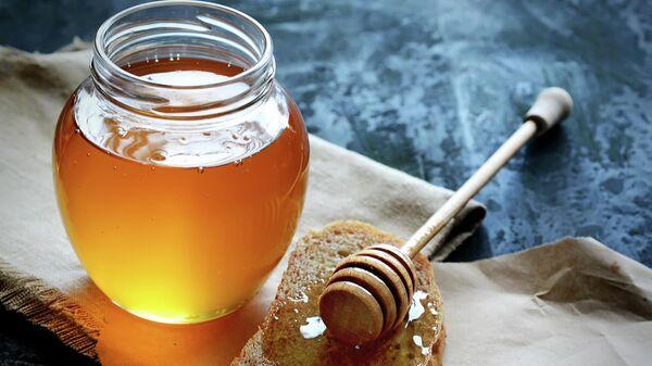 Мед в банке с диппером
