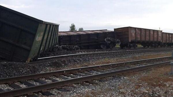 Вагоны с углем, сошедшие с рельсов на железнодорожной станции Иоссер в Коми